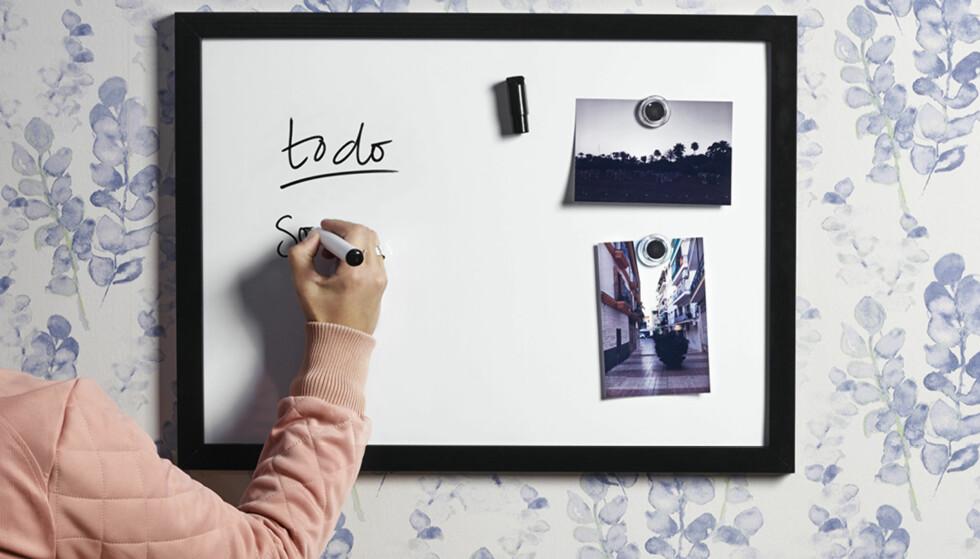 HYGGELIG MED TAVLE: En whiteboard-tavle er et hyggelig tilskudd i bokollektivet, og gir deg oversikt over de viktigste tingene.