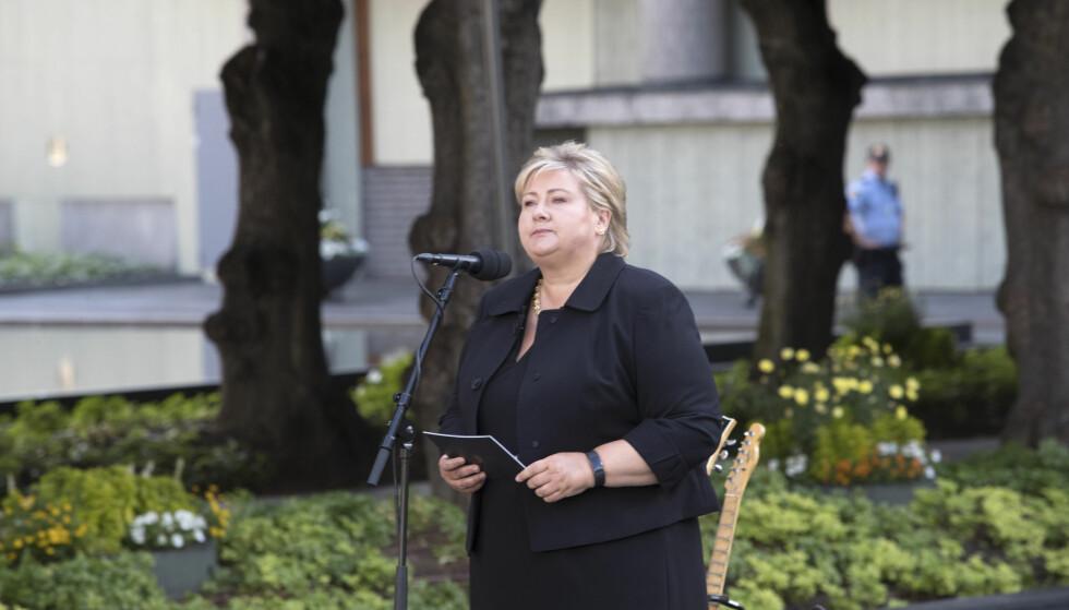 KAMPEN MOT TERROR: Statsminister Erna Solberg taler under 22.juli-markeringen utenfor regjeringskvartalet. Hun understreker at politiet må følge med på ekstremistiske miljøer, både islamistiske og høyreekstreme, for å forebygge terror. Foto: Terje Bendiksby / NTB scanpix