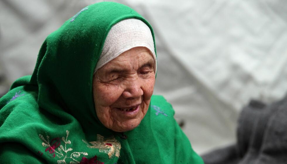 SLITEN: Afghanske Bibihal Uzbeki var 105 år da hun ble kjent for å være verdens eldste kvinne på flukt. På bildet slapper hun av i en flyktningleir i Kroatia, men dit hun hadde blitt båret av sin 67-årige sønn. Siden da har hun og sønnen kommet seg til Sverige, men nå vil de sende henne tilbake til hjemlandet. Foto: Marjan Vucetic / Ap / Scanpix