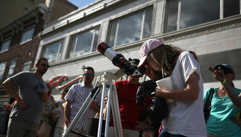 POPULÆRT: Tusenvis av besøkende har kommet til Casper i Wyoming for å følge solformørkelsen mandag. Foto: Justin Sullivan/Getty Images/AFP