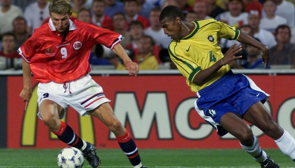 MARSEILLE 23. JUNI 1998. Tore Andre Flo spiller en tunne på Brasils Junior Baiano. Foto: NTB Scanpix