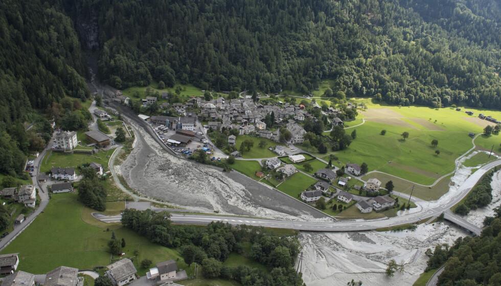 ÅTTE SAVNET: Over 100 mennesker har blitt evakuert fra den lille landsbyen Bondo nær grensen mot Italia etter et steinras onsdag. Nå er åtte personer savnet. Foto: Giancarlo Cattaneo /Keystone / AP