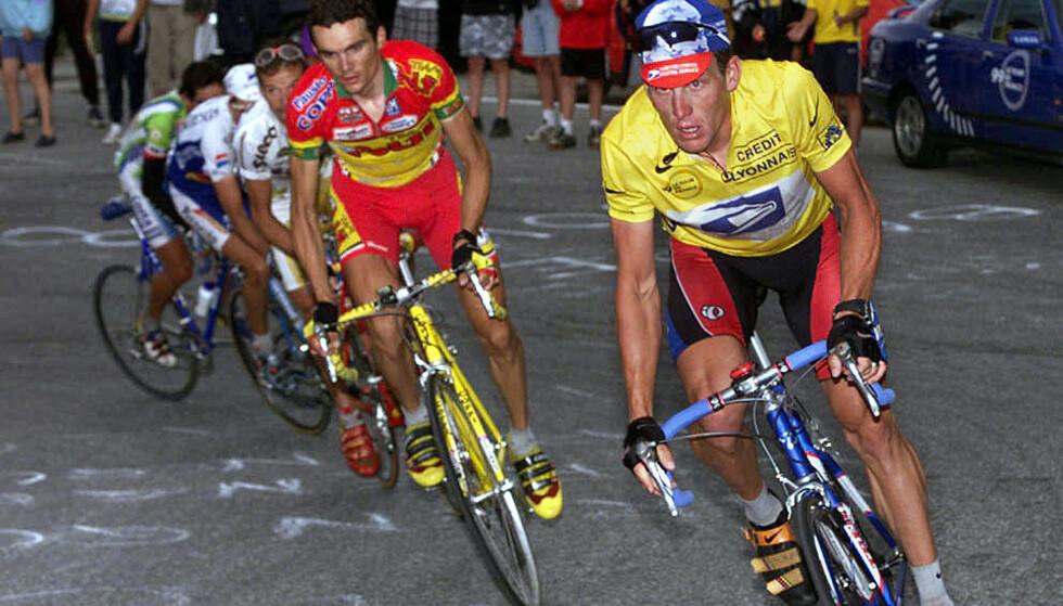 I NYTT LYS: Lance Armstrong på vei opp Sestriere i Tour de france i 1999, tett fulgt av franske Richard Virenque. Armstrong innrømmet i 2013 å ha brukt doping. Foto: NTB SCANPIX