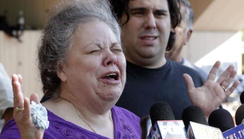<strong>BLE DØMT:</strong> Marcia Savio, Kathleen Savios stemor, gråter på trappen utenfor tinghuset etter at Drew Peterson 6. september 2012 ble funnet skyldig i drapet på Kathleen. Foto: M. Spencer Green / NTB Scanpix