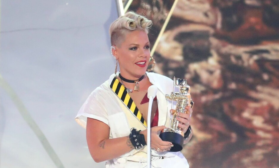 OVERRASKET: Pink overrasket både med tale og klesvalg da hun mottok pris under nattens MTV Video Music Awards. Foto: Shutterstock