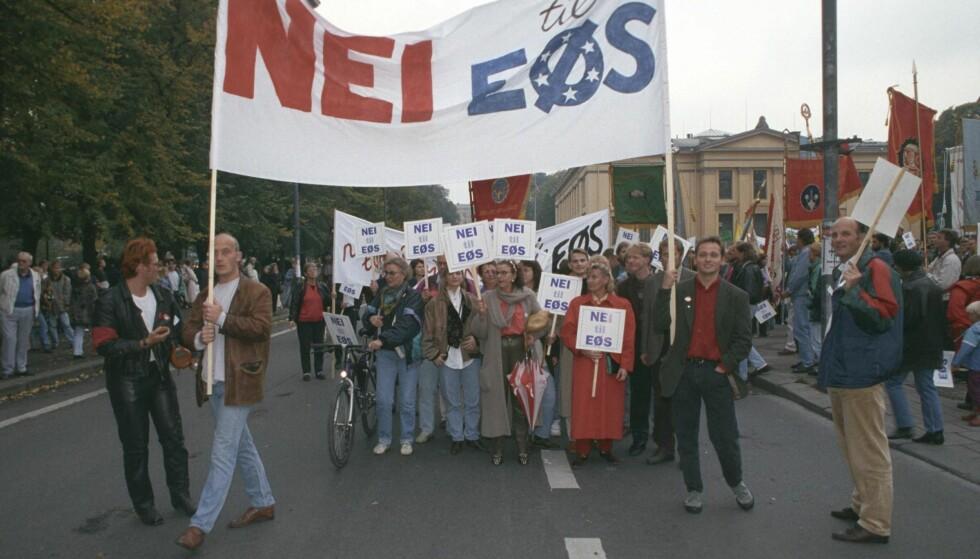 FORTSATT KAMP: I 1999 demonstrerte Nei til EF mot EØS-avtalen som ble inngått sju år tidligere. Dagens Nei til EU ønsker også å si opp EØS-avtalen, og mener frihandelsavtalen ligger som et sikkerhetsnett den dagen det skjer. Foto: Morten Holm / NTB Scanpix