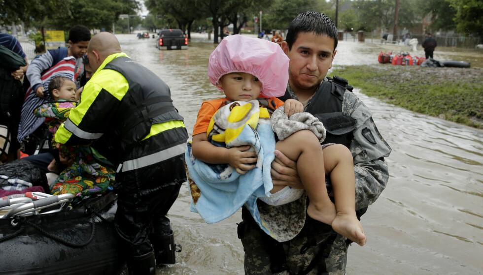 HOUSTON: oversvømmelsen sender mange mennesker på flukt. Denne naturkatastrofen er bare en av mange den siste tiden. Foto: Charlie Riedel/AP Photo/NTB Scanpix