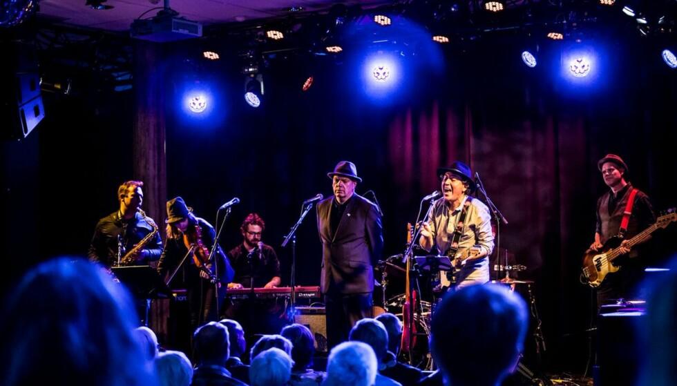 POETER MED ROCK & ROLL: Frode Grytten og hans fantastiske band underholdt under poesidagene i Larvik. Grytten med hatt og Pedro Carmona-Alvarez med gitar (og hatt). Foto: Kai Hansen