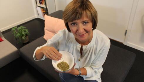 KRYDDERJUKS: Programleder Solveig Barstad i TV2 setter i kveld søkelys på innholdet i oregano. Foto: TV2 Matkontrollen
