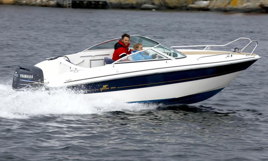 <strong>FØRSTE BÅTEN:</strong> Etter en lang jakt på bruktbåt endte Kaja Weel Johansen og Kenneth Larsen opp med en Yamarin 5920 som sin første båt. Foto: Atle Knutsen