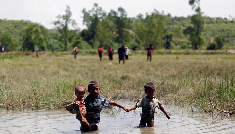VERDENS MEST FORFULGTE MINORITET: Slik omtaler Al Jazeera rohingya-folket, som nå er på flukt i titusentall, på grensa mellom Myanmar og Bangladesh. Her er tre små barn på vei mot det de håper er en tryggere framtid, denne uka. Foto: Mohammed Ponir Hussain / Reuters / Scanpix