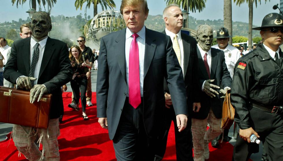 <strong>Hollywood-hekta:</strong> Donalt Trump omgitt av zombier ved Universal Studios i LA i 2004. Foto: NTB scanpix