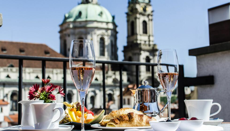 FLOTT ATMOSFÆRE: Praha er en nydelig by, og aller best ser du den fra en av de mange takterassene hvor du foruten utsikten kan nyte utsøkt mat og godt drikke. Foto: www.filipvidophotography.com