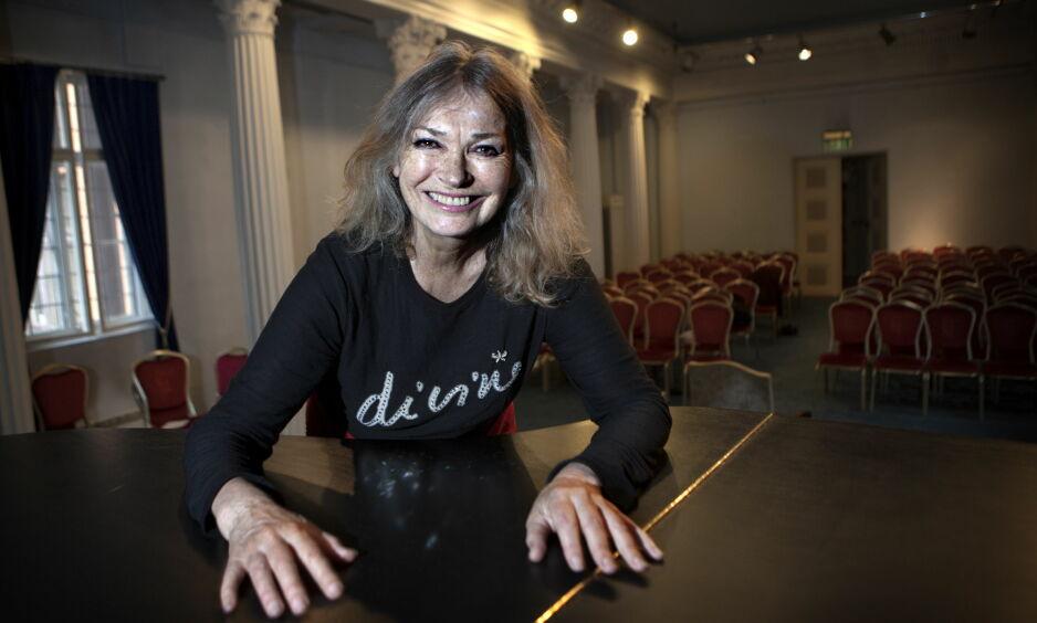 STERK KVINNE: Kari Onstad har vært skuespiller i over 50 år. - Jeg traff Stein Winge på Teaterhøyskolen. Vi giftet oss tidlig, og har hatt et turbuent ekteskap. Det har vært et fargerikt liv, et liv i krig og fred. Vi blitt gamle, så nå er det bare fred, sier Kari Onstad. Foto: Anders Grønneberg
