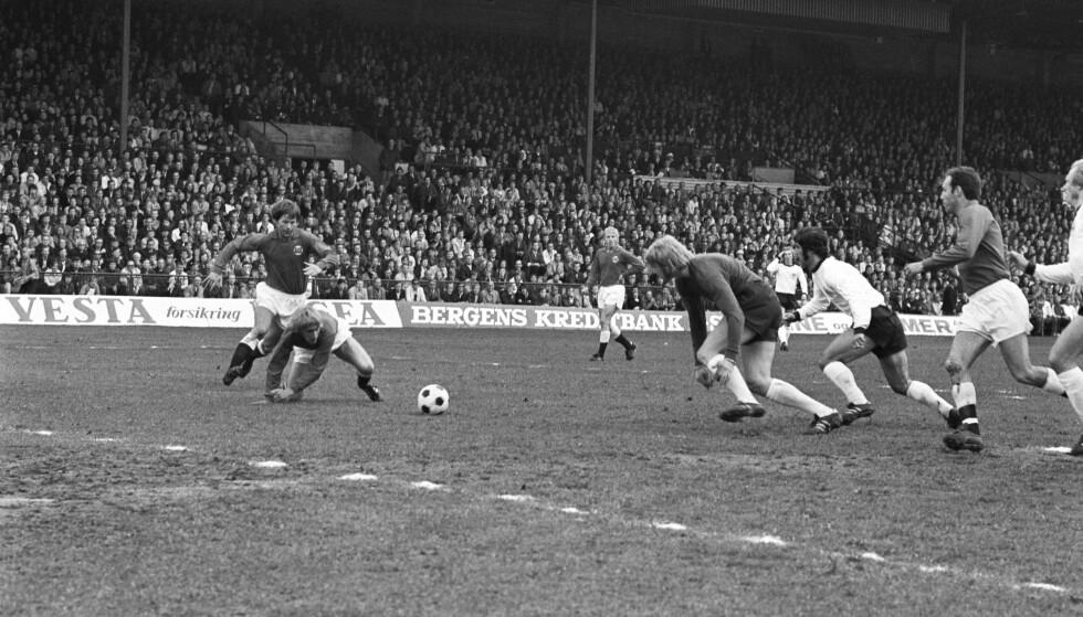 KAOS DA OGSÅ: Norge har fått rundjuling av tyskerne før også. Her sliter det norske forsvaret og målvakt Geir Karlsen mot Gerd «Der Bomber» Müller på Ullevaal 22. juni 1971. FOTO: NTB / SCANPIX