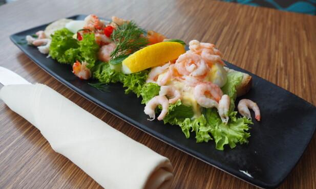 <strong>LANDGANG:</strong> Reker, krepsehaler og laks på en seng av salat og majones på Seafood bar.