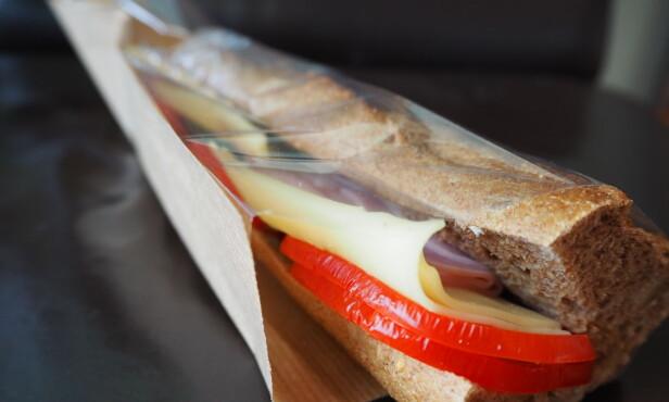 <strong>ENKEL LØSNING:</strong> Mange kjøper med seg en baguette på flyet. Point-varianten har tomat og agurk, men ikke smør eller majones.