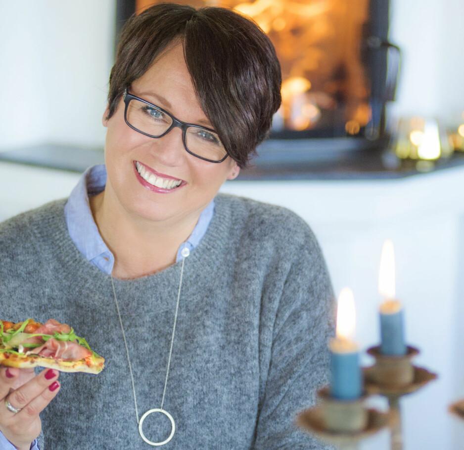 NY BOK: - Senk lista og inviter til fest, oppfordrer Trine Sandberg i den nye boka, som gis ut i året hun feirer tiårsjubileum som matblogger. Foto: Mona Nordøy