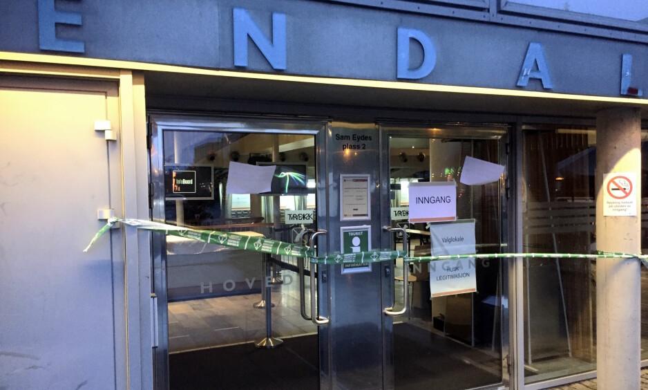 Sperret inngang: Sperrebåndene som var hengt opp foran inngangen til rådhuset i Arendal mandag morgen ble raskt fjernet. Foto: Bjørn Nyli / Agderposten