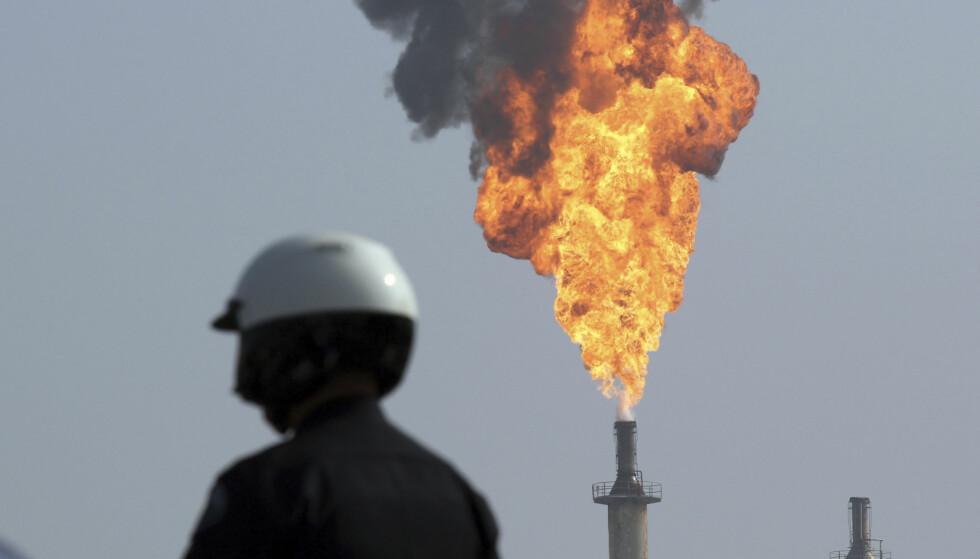 STORINVESTOR: I en fersk forskningsartikkel, publisert av forskere ved Harvard i august i år, dokumenteres det hvordan ExxonMobil gjennom flere tiår har forledet offentligheten om klimaendringene gjennom sin kommunikasjon. Oljefondet har investert over 26 milliarder kroner i Exxon. Bildet viser en ekspolsjon ved en av ExxonMobils oljeraffineri i Torrance i California i USA. Foto: Chuck Bennett / Los Angeles Daily News / AP / NTB Scanpix