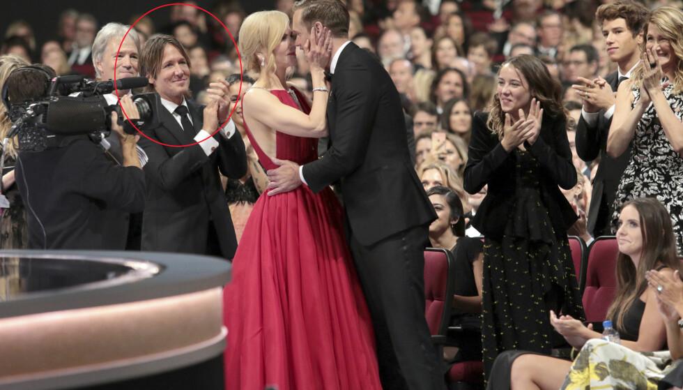 SEIER: Alexander Skarsgård kysset motspiller Nicole Kidman, foran ektemannen hennes, da han skulle hente hjem sin første Emmy-pris. Det har flere reagert på. Foto: NTB scanpix