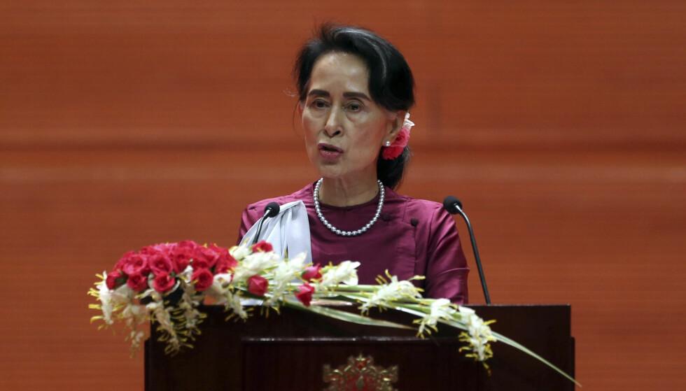 PRESSET TIL Å TALE: Nobels fredsprisvinner Aung San Suu Kyi har møtt voldsom kritikk de siste ukene, for ikke å ha stått opp for den forfulgte minoriteten rohingyaene. I dag holdt den pressede kvinnen en tale på direktesendt tv, men også den høster motstand fra mange. Foto: Aung Shine Oo / Ap / Scanpix