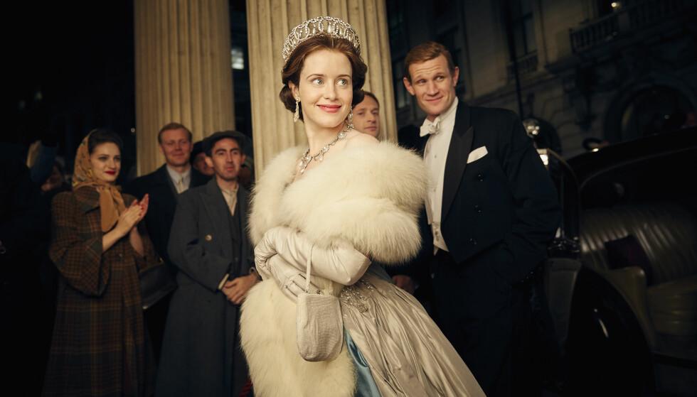 ULIK LØNN: Claire Foy spiller dronning Elizabeth og Matt Smith (t.h.) spiller ektemannen Philip, hertug av Edinburgh i den populære Netflix-serien «The Crown». Foto: Robert Viglasky/Netflix via AP
