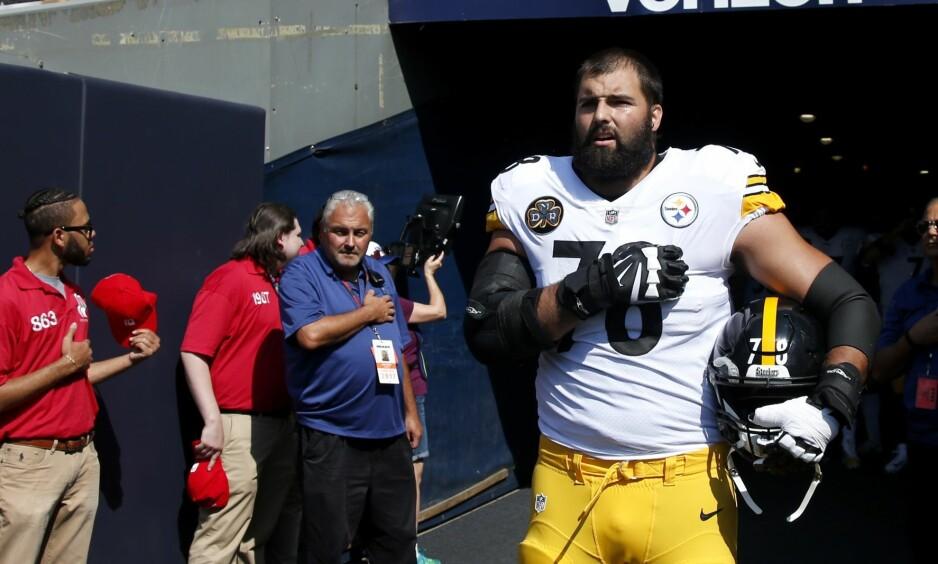 STO ALENE: Alejandro Villanueva fra Pittsburgh Steelers gikk alene ut og ble stående under den amerikanske nasjonalsangen. Resten av laget var i garderoben. Foto: Joe Robbins / Getty Images / AFP / NTB Scanpix
