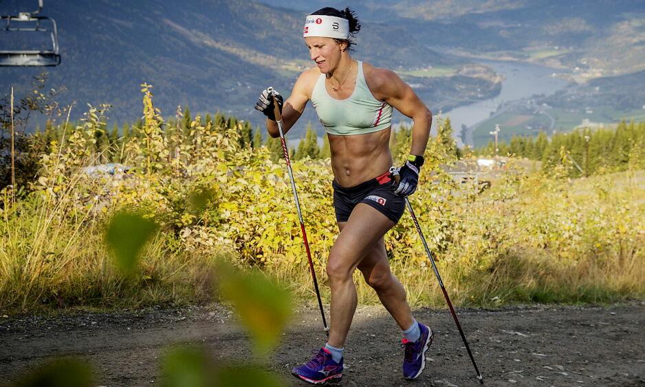 STERK: Marit Bjørgen føler seg sterkere enn i fjor og vil gå samtlige øvelser i OL i Pyeongchang. Her legger hun grunnlaget på en elghufsøkt i alpinbakkene på Hafjell. Foto: Bjørn Langsem