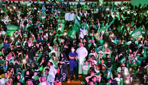 <strong>HISTORISK FEIRING:</strong> Sist lørdag feiret Saudi Arabia sin nasjonaldag. For første gang i nasjonens 87 år lange historie fikk kvinner adgang til å overvære festlighetene på Kong Fahd Stadion i Riyadh. Denne uka det kjent at heretter skal kvinnene også få kjøre bil. Foto: AP / NTB Scanpix