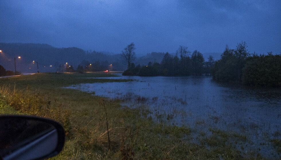 FLOM: Vannet stiger langs Topdalselva på Tveit i Kristiansand. Foto: Tor Erik Schrøder / NTB scanpix