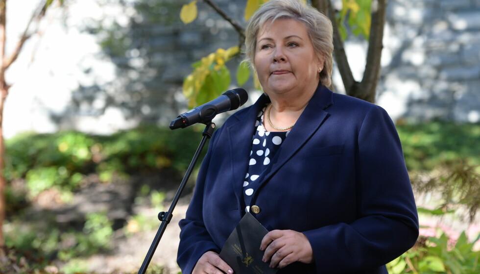 LOJAL MOT NATO: Statsminister Erna Solberg kommenterer at Nobels fredspris fredag gikk til ICAN. Artikkelforfatteren er ikke fornøyd med svaret. Foto: NTB Scanpix