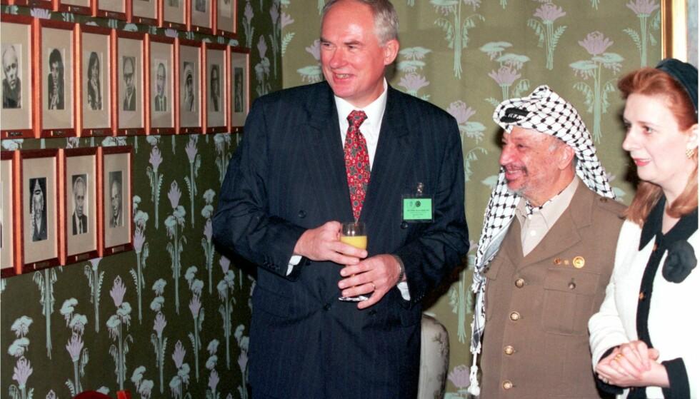 FREDSPRIS: I 1994 fikk Yasir Arafat, Shimon Peres og Yitzhak Rabin Nobels fredspris for arbeidet med Oslo-avtalen. Fredsprisvinner Yasir Arafat og hans kone Suha beskuer portrettveggen over tidligere fredsprisvinnere i Nobelinstituttet. Tidligere direktør for Nobelinstituttet Geir Lundestad t.v. Arafat er én av flere kontroversielle fredsprisvinnere gjennom tidene. Foto: Erik Johansen / NTB Scanpix