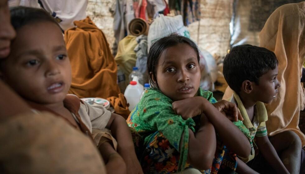 MANGE BARN: Siden 25. august har 501 800 rohingyaer, ifølge FN, flyktet fra vold og forfølgelse over grensa til Bangladesh. 60 prosent er barn. Bildet er fra Cox's Bazar, der det er mangel på mat, vann og tak over hodet. Mye regn gjør situasjonen enda vanskeligere. Foto: Maria de la Guardia / Redd Barna