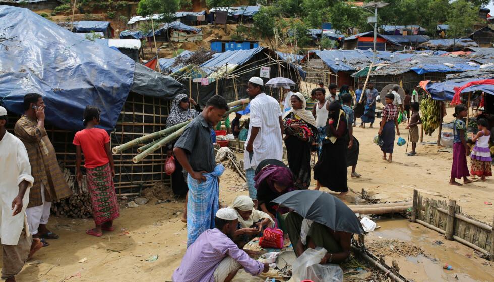 PÅ FLUKT: Flere midlertidige flyktningleirer er satt opp rundt omkring i Cox's Bazar i Bangladesh. Ytterligere 100.000 står langs grensa fra Myanmar og venter på å komme inn, ifølge IOM. Foto. AP / NTB scanpix.
