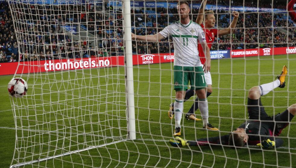 SELVMÅL: Chris Brunt kan bare fortvile etter å ha sendt ballen i eget mål. Foto: Bjørn Langsem / Dagbladet.