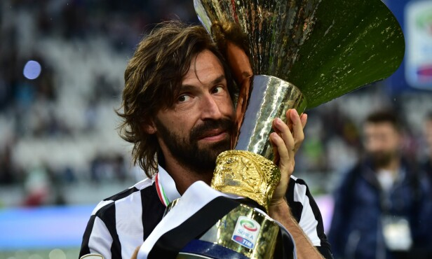<strong>SUKSESSFULL:</strong> Andrea Pirlo poserer med en Serie A-pokal som Juventus-spiller. Foto: AFP PHOTO / GIUSEPPE CACACE / NTB Scanpix