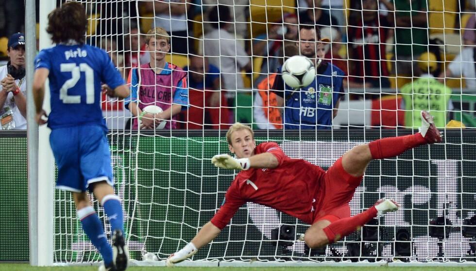<strong>PANENKA:</strong> Andrea Pirlo lobber ballen elegant over England-keeper Joe Hart. Foto: AFP PHOTO / CARL DE SOUZA / NTB Scanpix