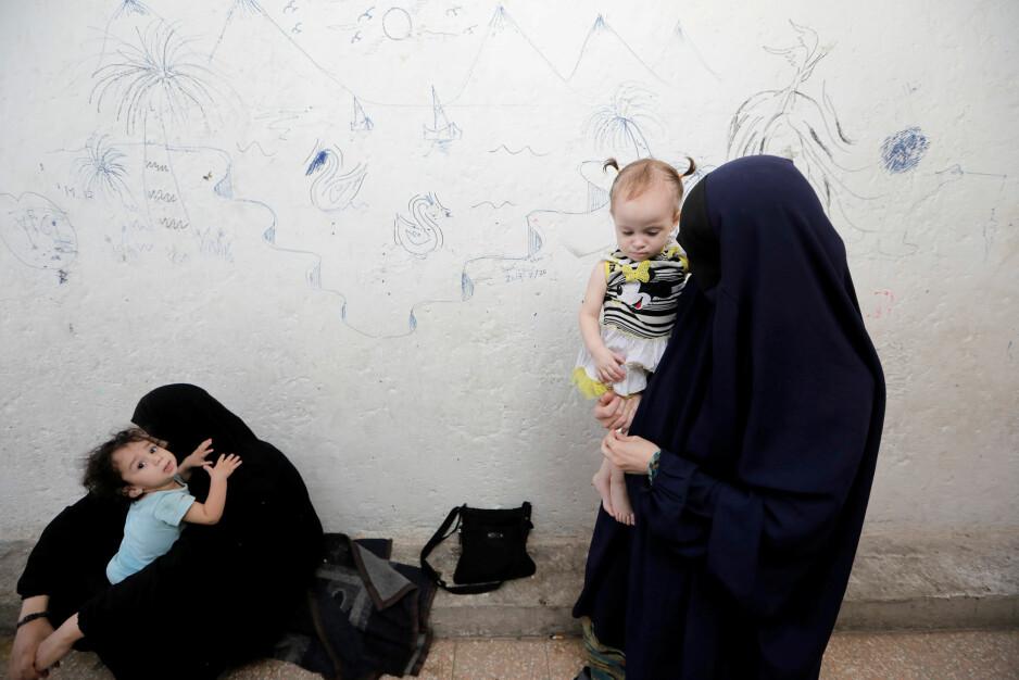 """PÅ FLUKT: Tsjetsjenske IS-kvinner med barn har søkt tilflukt i en leir nord for den tidligere IS-""""hovedstaden"""" Raqqa i Syria. Foto: REUTERS / NTB Scanpix"""