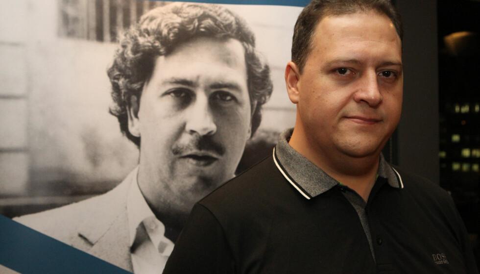 FAR OG SØNN: Juan Pablo Escobar Henao poserer med boka han ga ut om faren. Foto: Aristidis Vafeiadakis / Zuma / Splash / NTB Scanpix