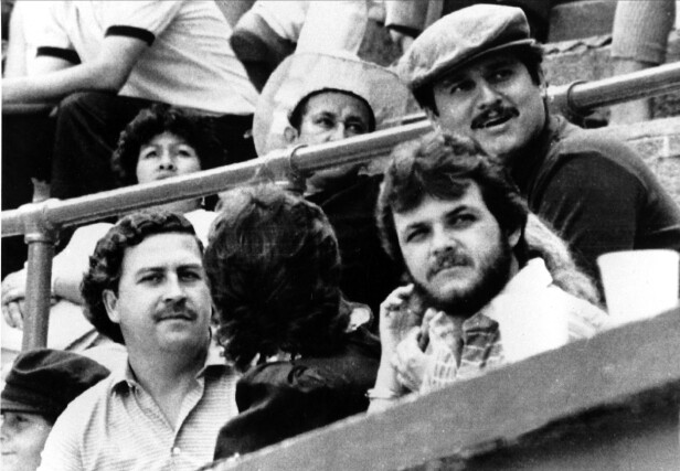 GLAD I SPORT: Pablo Escobar på tribunen sammen med den andre lederen av kartellet, Jorga Luis Ochoa (med hatt), på tyrefekting. Foto: AP Photo/NTB Scanpix