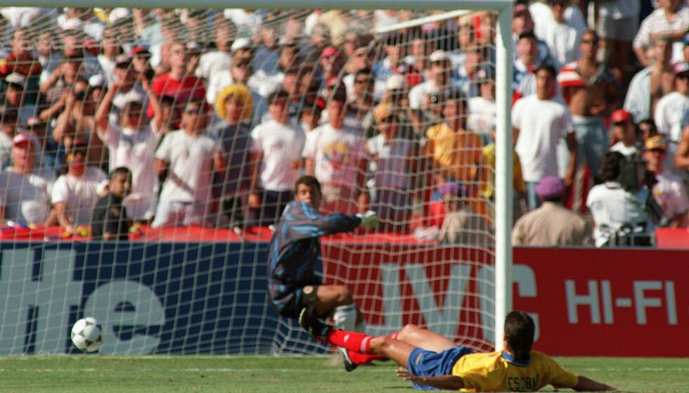 ULYKKSALIG SELVMÅL: Andres Escobar scoret selvmål mot USA i VM i 1994. Seinere ble han drept. Foto: AFP PHOTO/ROMEO GACAD/NTB Scanpix