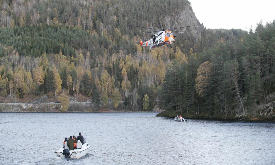 STOR LETEAKSJON: Flere båter og redningshelikopter er satt inn i søket på Seljordsvatnet. Foto: Terje Bendiksby / NTB Scanpix
