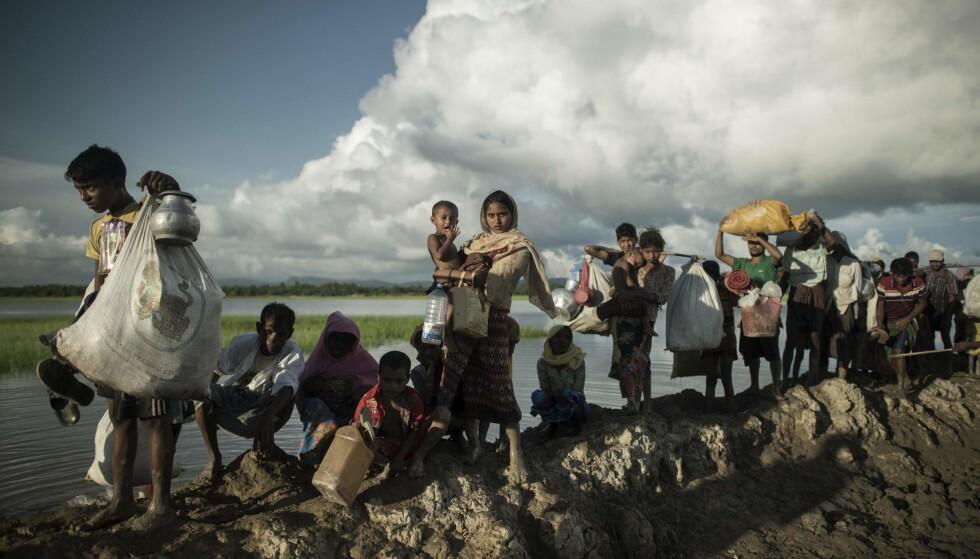PÅ FLUKT: Her går rohingayaer over elva Naf fra Myanmar til Bangladesh. Siden 25. august i år har en halv million flyktet. Foto: AP / NTB Scanpix