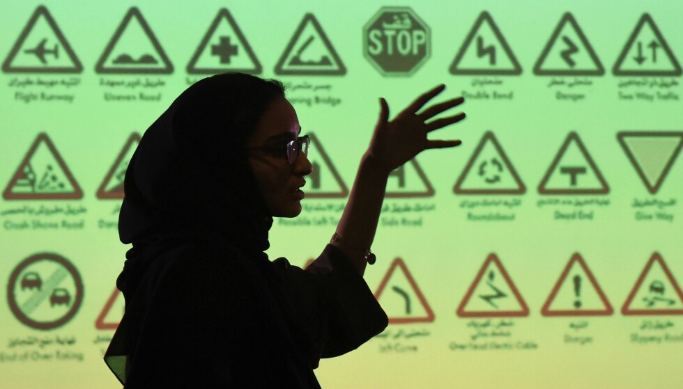 <strong>TEORIKURS:</strong> Kjøreopplæring for kvinner er i gang i Saudi-Arabia. Som siste land i verden skal nasjonen nå tillate kvinnelige sjåfører. Midtøsten-kjennere tolker imidlertid ikke det som noe endelig gjennombrudd for kvinnekampen i det lukkede landet. Foto: NTB Scanpix