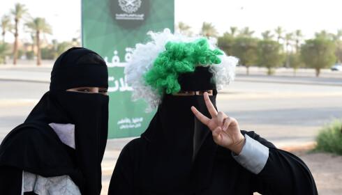 <strong>LUKKET:</strong> Kvinnekampen i Saudi-Arabia vant en delseier da de nylig ble innrømmet retten til å kjøre bil. I september fikk de for første gang delta i feiringen av nasjonaldagen, noe denne kvinnen markerte med en farget parykk utenpå det heldekkende hodeplagget sitt. Foto: NTB Scanpix