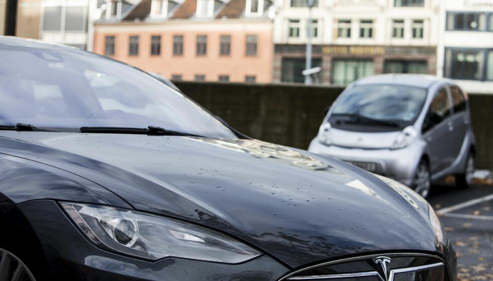AVGIFT: I Statsbudsjettet for 2018 foreslår regjeringen å innføre en engangsavgift for elbiler. Avgiften vil særlig ramme tyngre elbiler som Tesla, som kan få en engangsavgift opp mot 70.000 kroner, mens lettere elbiler får en avgift på rundt 7.000 kroner. Foto: Erik Johansen / NTB scanpix