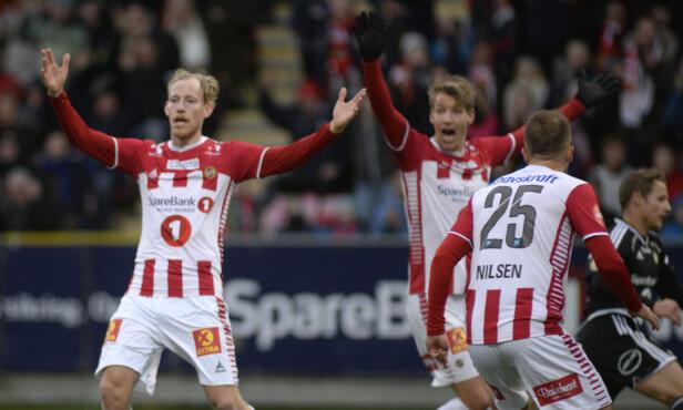 FORTVILTE: Tromsø-spillerne var sikre på at Gjermund Åsens skudd var inne, men reprisene sa det motsatte. Foto: Rune Stoltz Bertinussen / NTB scanpix