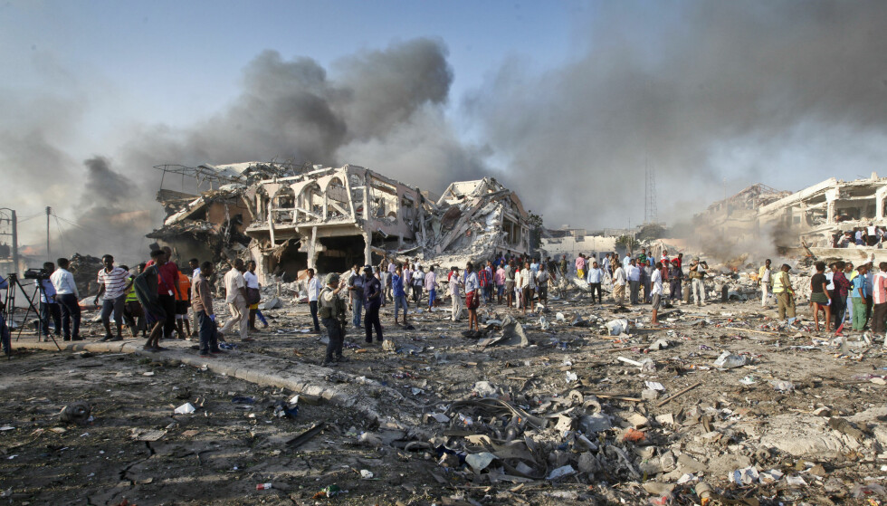 ØDELEGGELSER: Lastebilbomben i Mogadishu forårsaket voldsomme ødeleggelser. Foto: Farah Abdi Warsameh / AP / NTB scanpix