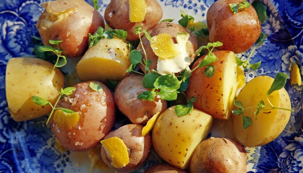SMØRBLID: Kokes potetene sammen med urter og salt, tar de til seg litt smak. I hvert fall får skallet ekstra smak. Her, urtekokte poteter med smør.Foto: METTE RANDEM
